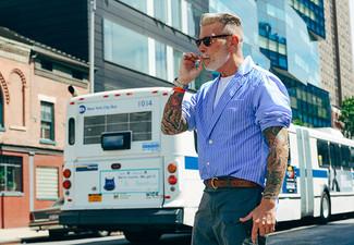 Cómo combinar: blazer de rayas verticales azul, camiseta con cuello circular blanca, pantalones cortos en verde azulado, correa de cuero en marrón oscuro