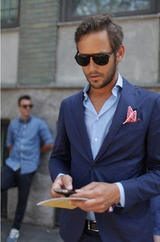 Si buscas un look en tendencia pero clásico, ponte una camisa de manga larga azul y una camisa de manga larga azul.