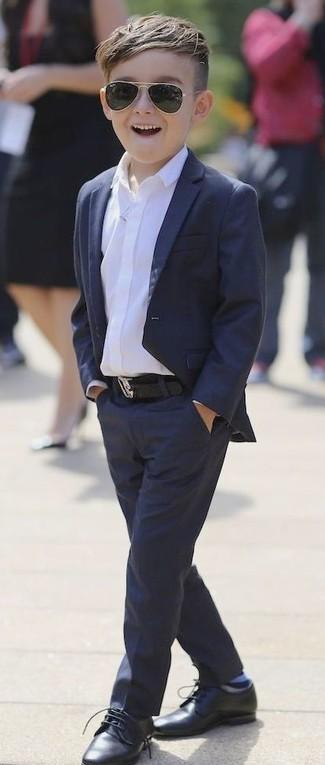 Cómo combinar: blazer azul marino, camisa de manga larga blanca, pantalones azul marino, zapatos oxford negros
