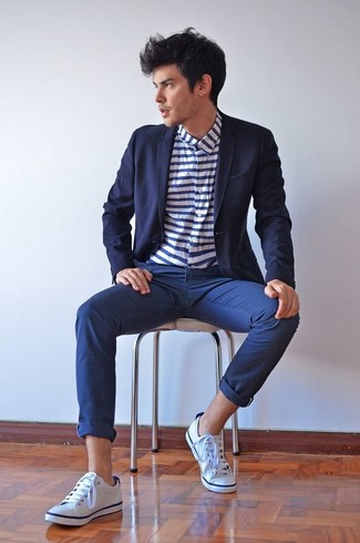 Cómo combinar: blazer azul marino, camisa de manga larga de rayas horizontales en blanco y azul marino, pantalón chino azul marino, tenis de lona blancos