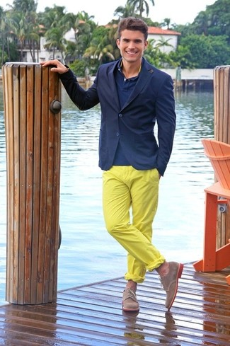 Cómo combinar: blazer azul marino, camisa polo azul marino, pantalón chino amarillo, zapatos derby de ante marrónes
