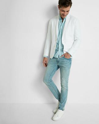 Cómo combinar: blazer blanco, camisa de manga larga celeste, vaqueros celestes, tenis de cuero blancos