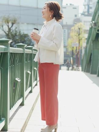 Look de moda: Blazer de lino blanco, Camisa de vestir blanca, Pantalones anchos rojos, Chinelas de cuero en beige