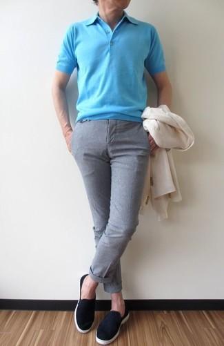 Cómo combinar: blazer blanco, camisa polo en turquesa, pantalón de vestir gris, zapatillas slip-on de ante negras