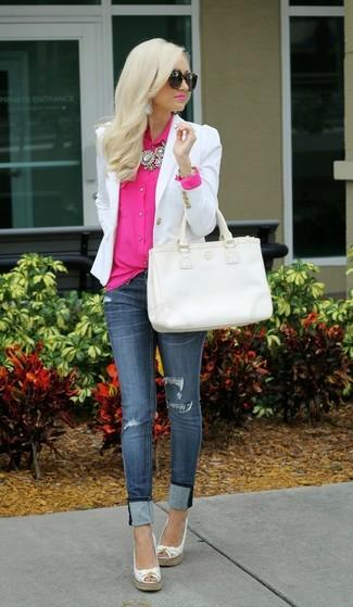 Este combo de un blazer blanco y una bolsa tote de cuero blanca te permitirá mantener un estilo cuando no estés trabajando limpio y simple. Alpargatas de cuero blancas darán un toque desenfadado al conjunto.