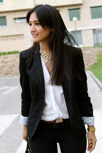 Considera emparejar un blazer negro con unos vaqueros pitillo negros para conseguir una apariencia glamurosa y elegante.