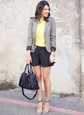 Cómo combinar: blazer de lana gris, blusa sin mangas amarilla, pantalones cortos negros, sandalias de tacón de cuero plateadas