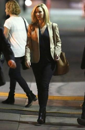 Cómo combinar: blazer en beige, blusa sin mangas negra, vaqueros negros, botines de cuero negros