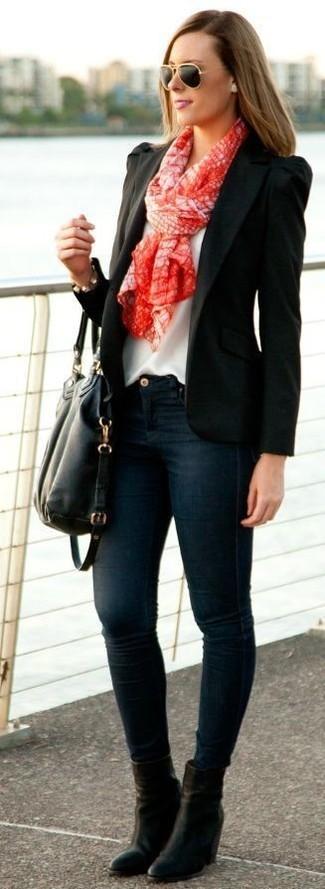 Ponte un blazer negro y unas gafas de sol naranjas para una apariencia fácil de vestir para todos los días. Dale un toque de elegancia a tu atuendo con un par de botines de cuero negros.