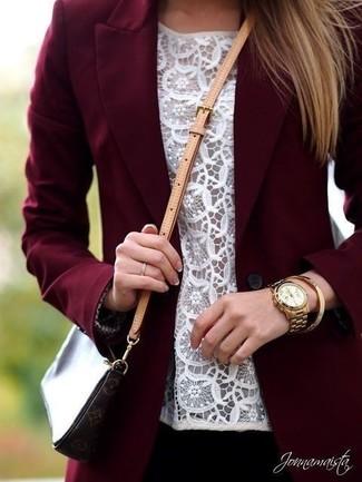 Los días ocupados exigen un atuendo simple aunque elegante, como un blazer burdeos y una blusa sin mangas de encaje blanca.