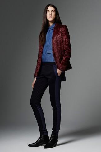 Intenta ponerse un blazer burdeos y unos pantalones pitillo negros y te verás como todo un bombón. Si no quieres vestir totalmente formal, elige un par de botines chelsea de cuero negros.