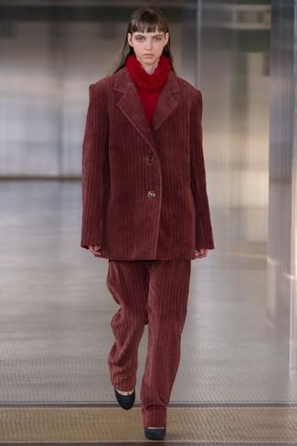 Usa un blazer burdeos y unos pantalones anchos de pana burdeos para un look diario sin parecer demasiado arreglada. Zapatos de tacón de ante negros son una opción práctica para completar este atuendo.