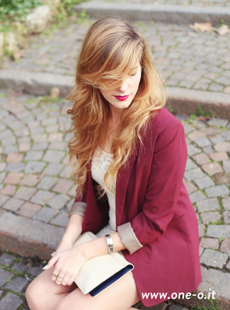 Emparejar un blazer burdeos y un vestido ajustado de encaje en beige es una opción cómoda para hacer diligencias en la ciudad.