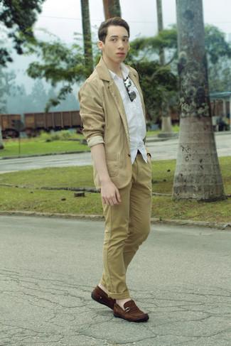Cómo combinar: blazer de algodón marrón claro, camisa de manga corta blanca, pantalón chino marrón claro, mocasín de ante marrón
