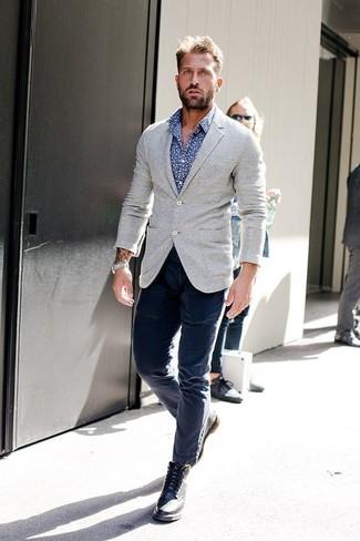 Cómo combinar: blazer de lana gris, camisa de manga larga estampada azul, pantalón chino azul marino, botas brogue de cuero negras