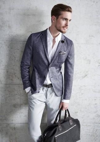 Cómo combinar: blazer gris, camisa de manga larga blanca, pantalón chino gris, bolsa tote de lona negra