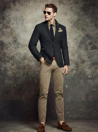 Cómo combinar: blazer de lana negro, camisa de manga larga verde oliva, pantalón chino marrón claro, mocasín con borlas de ante en marrón oscuro