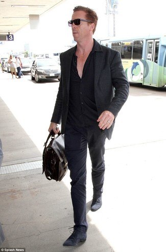 Cómo combinar: blazer en gris oscuro, camisa de manga larga negra, pantalón chino azul marino, botas safari de ante azul marino