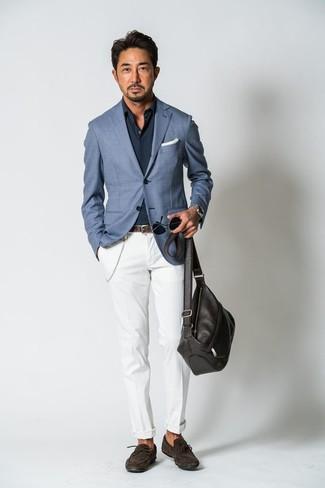 Cómo combinar: blazer azul, camisa de manga larga azul marino, pantalón chino blanco, mocasín de ante en marrón oscuro