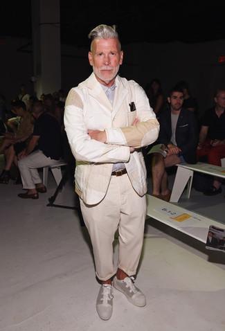 Cómo combinar: blazer de lino en beige, camisa de manga larga celeste, pantalón chino en beige, tenis de lona en beige
