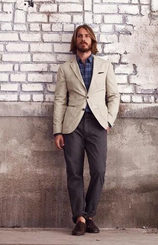 Cómo combinar: blazer de algodón en beige, camisa de manga larga de tartán azul marino, pantalón chino en marrón oscuro, náuticos de cuero en marrón oscuro