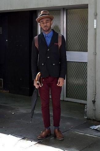 Cómo combinar: blazer de algodón negro, camisa de manga larga azul, pantalón chino burdeos, zapatos derby de cuero marrónes