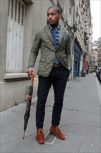 Cómo combinar: blazer acolchado verde oliva, camisa de manga larga de tartán azul marino, pantalón chino negro, botas safari de ante en tabaco