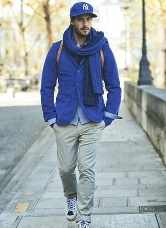 Utiliza un blazer de algodón azul y un pantalón chino gris para lograr un estilo informal elegante. Si no quieres vestir totalmente formal, usa un par de deportivas grises.