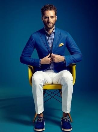 Luce lo mejor que puedas en un blazer de algodón azul y un pantalón de vestir blanco. Mezcle diferentes estilos con zapatos derby de ante azules.