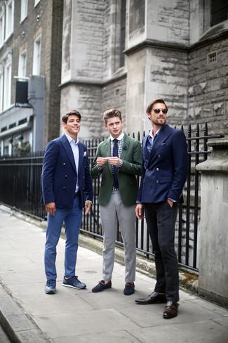 Accede a un refinado y elegante estilo con un blazer verde oliva y un pantalón de vestir gris. ¿Te sientes valiente? Completa tu atuendo con náuticos de ante azul marino.