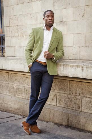 Considera ponerse un blazer verde oliva y un pantalón de vestir azul marino para rebosar clase y sofisticación. Botas safari de ante marrónes contrastarán muy bien con el resto del conjunto.