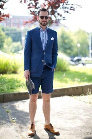 Casa un blazer de algodón azul de hombres de Paul Smith junto a unos pantalones cortos azul marino para el after office. Un par de zapatos brogue de cuero marrón claro se integra perfectamente con diversos looks.