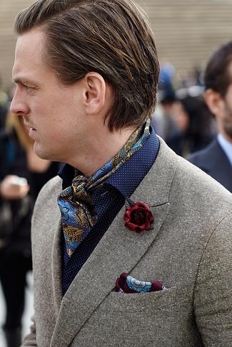 Cómo combinar: blazer de lana gris, camisa de manga larga a lunares azul marino, pañuelo de bolsillo estampado burdeos, broche de solapa burdeos
