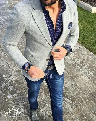 Cómo combinar: blazer de punto gris, camisa de manga larga a lunares azul marino, vaqueros azul marino, zapatos con doble hebilla de cuero grises