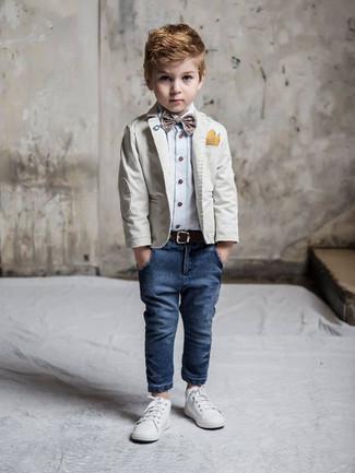 Cómo combinar: blazer gris, camisa de manga larga celeste, vaqueros azul marino, zapatillas blancas
