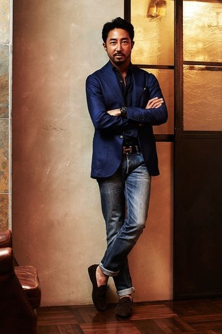Cómo combinar: blazer de rayas verticales azul marino, camisa de manga larga negra, vaqueros azul marino, mocasín de ante en marrón oscuro
