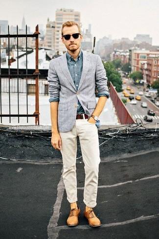 Cómo combinar: blazer a cuadros gris, camisa de manga larga de cambray azul, vaqueros blancos, zapatos oxford de cuero marrón claro