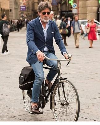 Elige una camisa de manga larga celeste de Barba y unos vaqueros azules para un look diario sin parecer demasiado arreglada. Luce este conjunto con mocasín con borlas de cuero marrón oscuro.