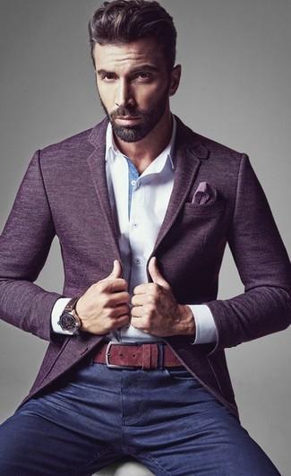 Destaca entre otros civiles elegantes con un blazer de lana violeta y unos vaqueros azul marino.