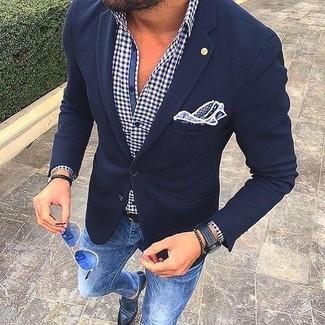 Cómo combinar: blazer de lana azul marino, camisa de manga larga de cuadro vichy en blanco y azul marino, vaqueros pitillo azules, zapatos con doble hebilla de cuero negros