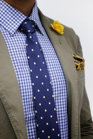 Emparejar un blazer de algodón verde oliva junto a una camisa de vestir de cuadro vichy en blanco y azul es una opción inmejorable para un día en la oficina.