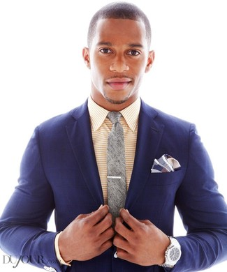 Cómo combinar: blazer de tartán azul marino, camisa de vestir de rayas horizontales amarilla, corbata gris, pañuelo de bolsillo de tartán azul marino