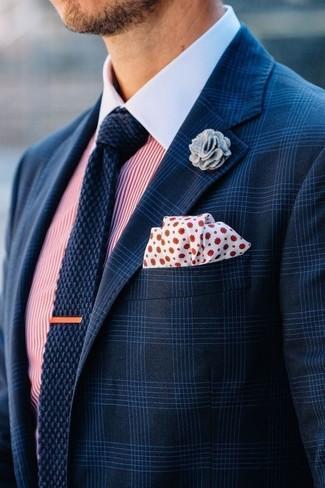 Empareja un blazer de tartán azul marino junto a una camisa de vestir de rayas verticales en blanco y rojo para un lindo look para el trabajo.