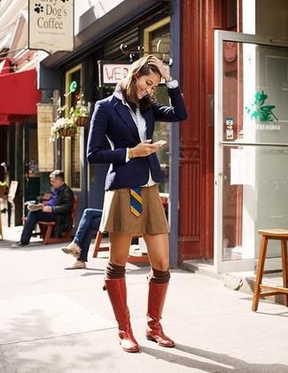 Intenta ponerse un blazer azul marino y una minifalda para una vestimenta cómoda que queda muy bien junta. Botas de caña alta de cuero rojas son una sencilla forma de complementar tu atuendo.