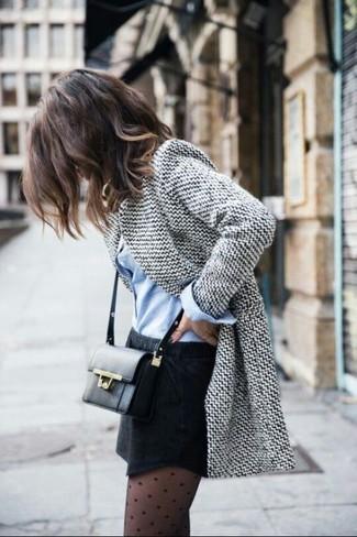 Intenta ponerse un blazer de lana gris y una minifalda para una vestimenta cómoda que queda muy bien junta.