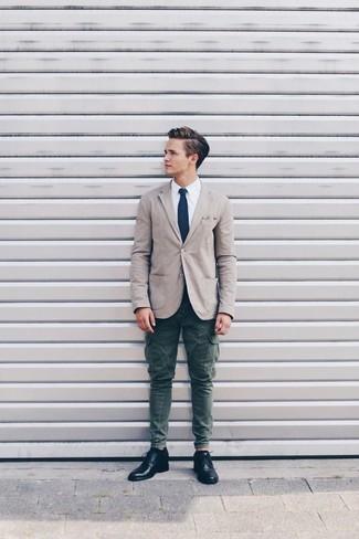 Cómo combinar: blazer de algodón en beige, camisa de vestir blanca, pantalón cargo verde oscuro, zapatos derby de cuero negros