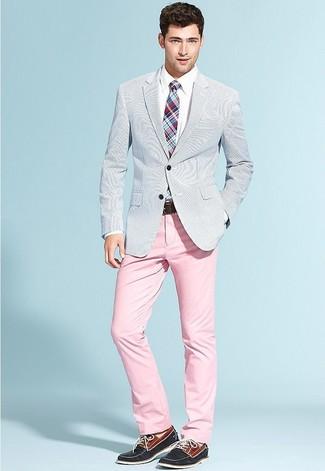 Cómo combinar: blazer de seersucker celeste, camisa de vestir blanca, pantalón chino rosado, náuticos de ante azul marino