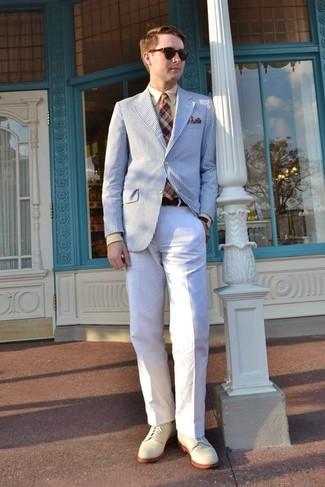Cómo combinar: blazer de rayas verticales en blanco y azul, camisa de vestir marrón claro, pantalón chino blanco, zapatos derby de ante en beige