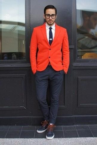 Cómo combinar: blazer naranja, camisa de vestir blanca, pantalón chino azul marino, botas casual de cuero azul marino