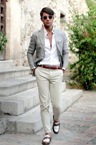 Cómo combinar: blazer gris, camisa de vestir blanca, pantalón chino en beige, mocasín de cuero en blanco y marrón